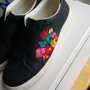 BARELY WORN Nine West casual sneakers embroidered